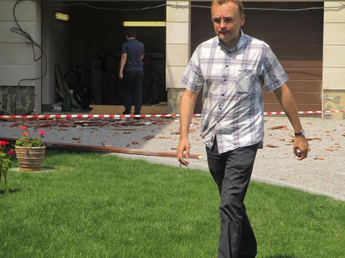 Обеспокоенный градоначальник прервал свой отпуск в Карпатах и поспешил взглянуть урон, нанесенный жилищу. Фото: Ольга Кухарук.