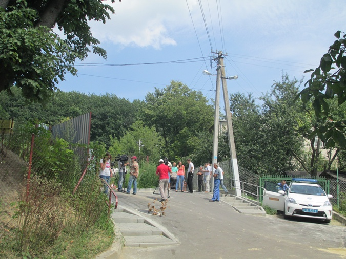 Возле дома Садового дежурят правоохранители, также собрались толпы зевак и журналистов. Фото: Ольга Кухарук.
