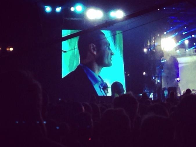 Виталий Кличко вышел на сцену вместе с музыкантами на второй бис. Фото: соцсети.
