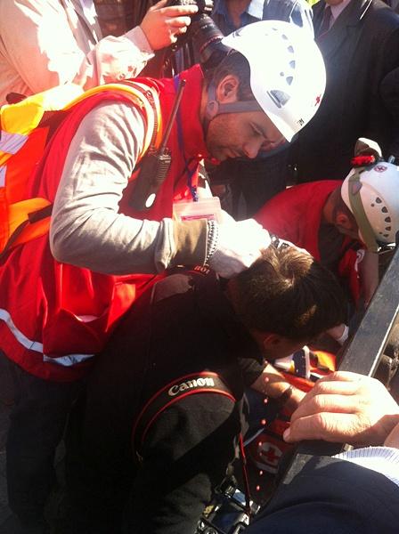 Несколько человек с травмами увезли с травмами, одному из журналистов разбили голову.