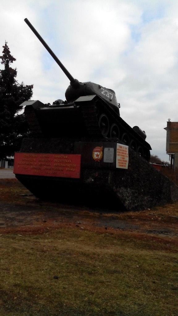 В Луганске на постамент вернули исчезнувший танк. Фото: Элеонора Стойчева