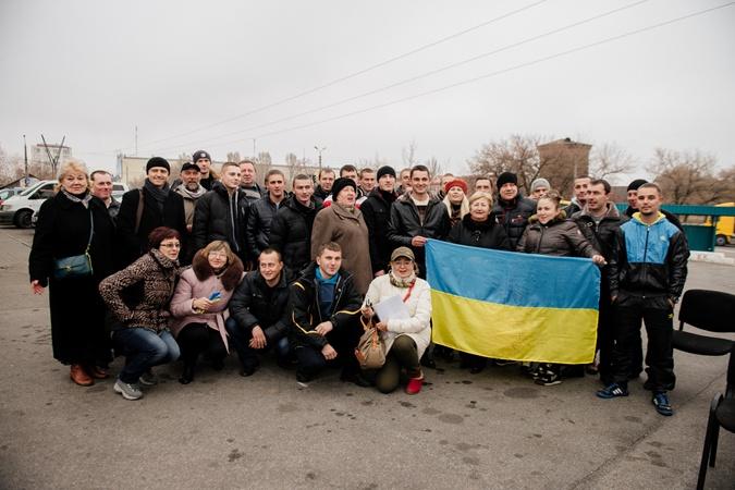 Солдаты оставили на память большой флаг Украины со своими подписями. Фото: Максим Крюк