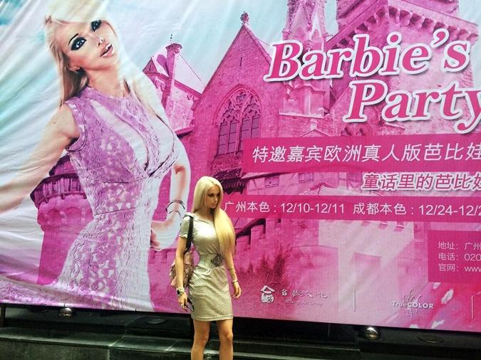 Валерия, которую прозвали Барби из-за кукольной внешности, передала поклонникам фотопривет из Китая. Фото: соцсети.