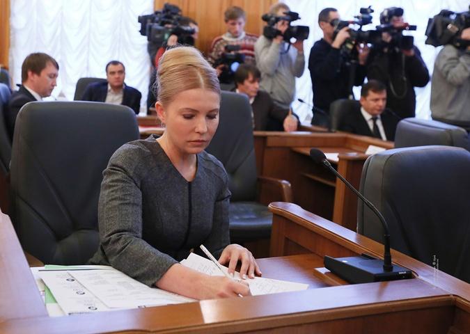 Без привычной косы Тимошенко почти не узнать.