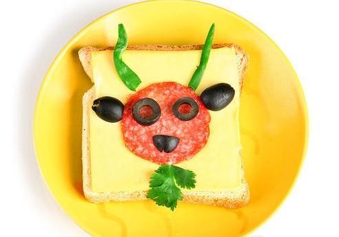 Канапе с сыром и колбасой