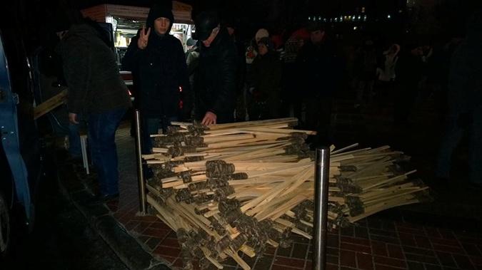 Активисты заранее заготовили десятки факелов. Фото: www.facebook.com/SvobodaKyiv