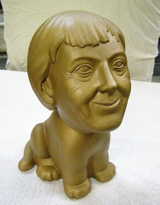 Ангела Меркель рада послужить, как собачка. Фото: архив Олега Рябо