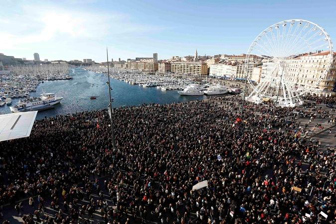 Десятки тысяч жителей Франции вышли в субботу на массовые манифестации в Марселе. Фото: REUTERS