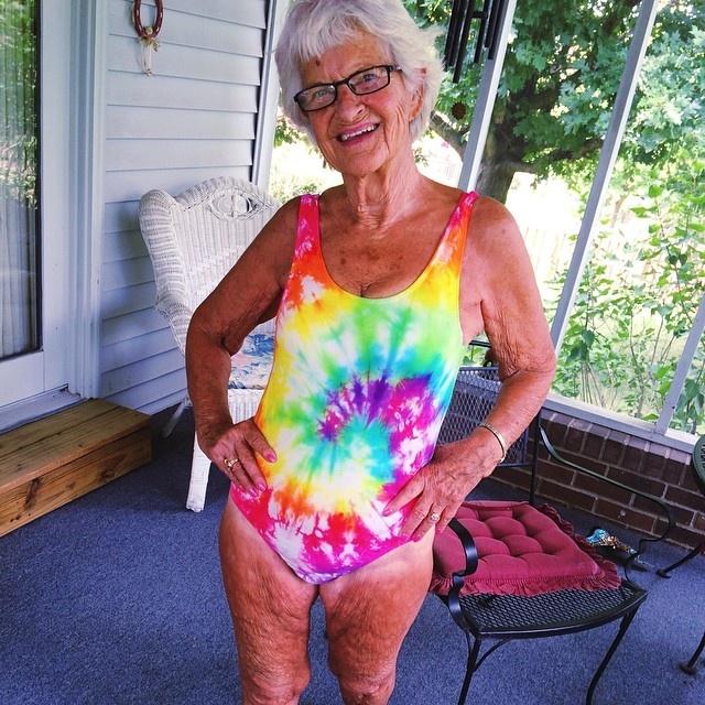 Бабушка часто постит фото в купальниках.