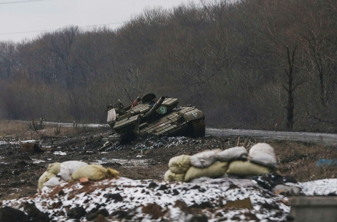 В окрестностях города разбитая техника. Фото: REUTERS
