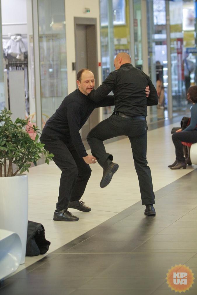 На вопрос охранника подозреваемый отреагировал бурно. Фото: Олег ТЕРЕЩЕНКО.