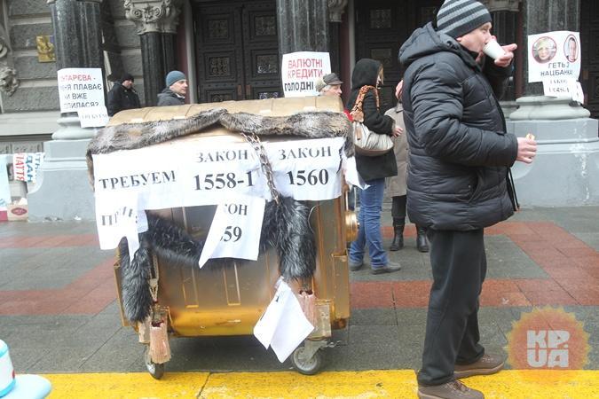 Мнение жителей центра по поводу разгона протеста под НБУ разделились.