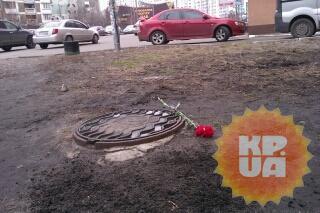 К дому Чечетова начали нести цветы. Фото: Дмитрий ДЕРИЙ