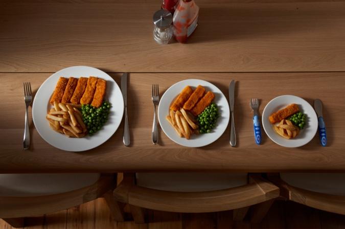 Заменив тарелку на меньшую по объему, вы сможете уменьшить количество съедаемой пищи.