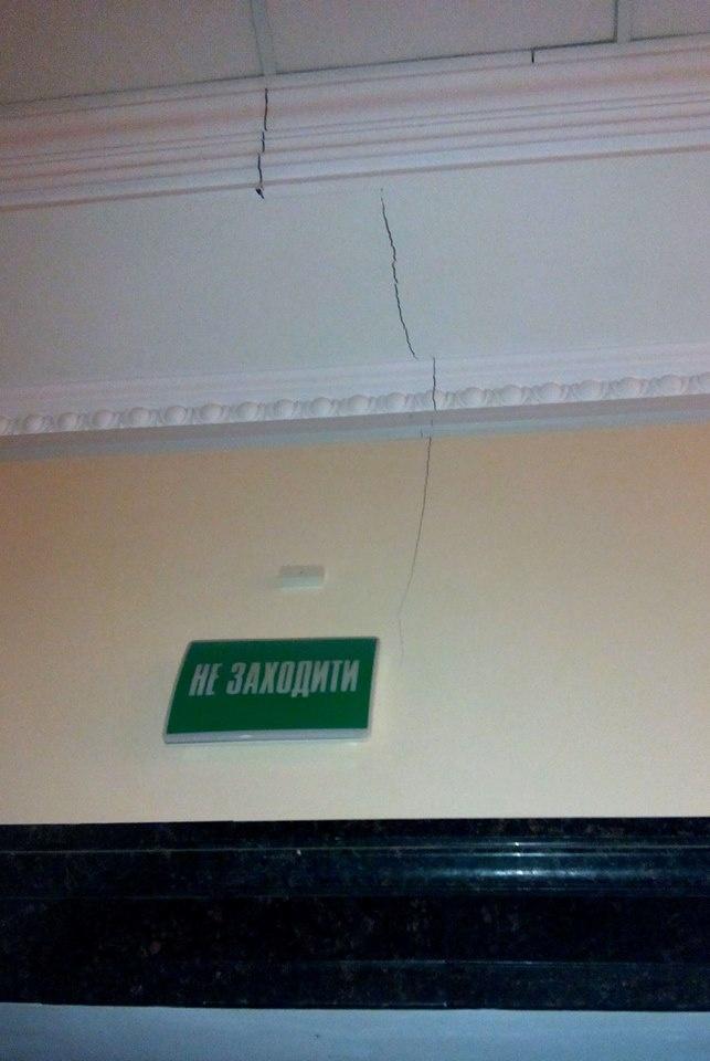 Трещины в арке между мэрией и ЦУМом. Фото: Олег ТЕРЕЩЕНКО и https://www.facebook.com/olexandr.pabat?fref=ts.