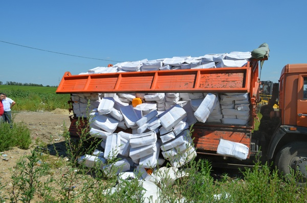 Самосвал сгрузил почти 10 тонн контрабандного груза.