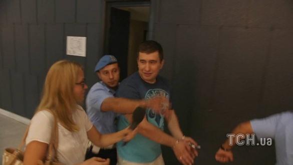 Марков был в суде в футболке и светлых брюках.
