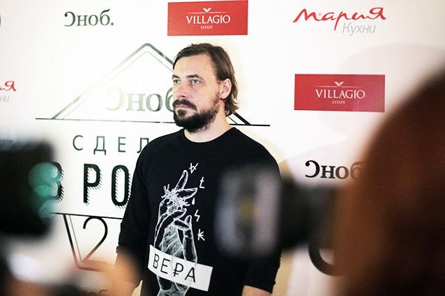 Евгений Цыганов пришел в футболке с именем новорожденной дочери. Фото: snob.ru
