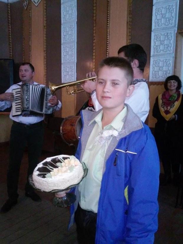 Всех членов избирательной комиссии угощали сладким. Фото: Галина Гафийчук.