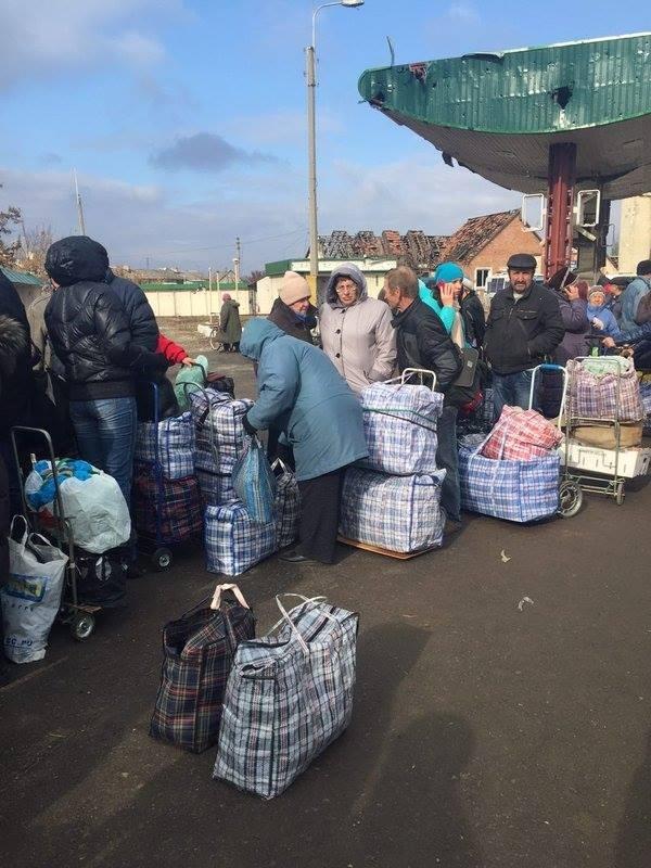С самого утра 27 октября возле моста в Станице собралась громадная очередь со стороны Луганска.