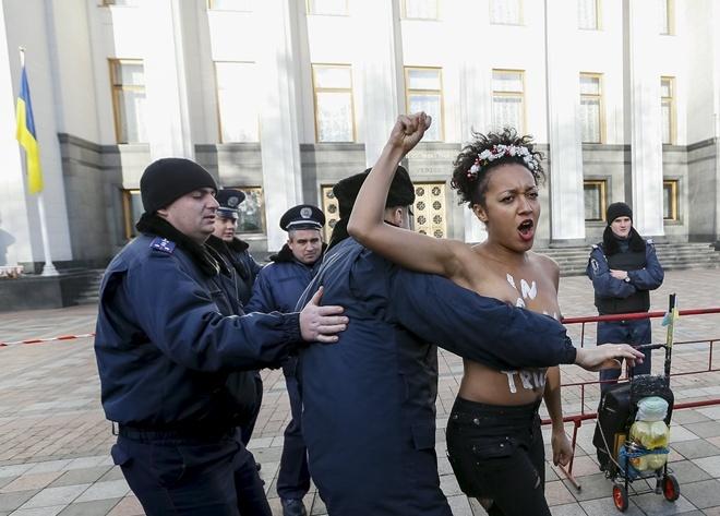 Судя по странице в соцсети, одна из участниц акции под Радой Анжелина училась в педуниверситете Драгоманова.
