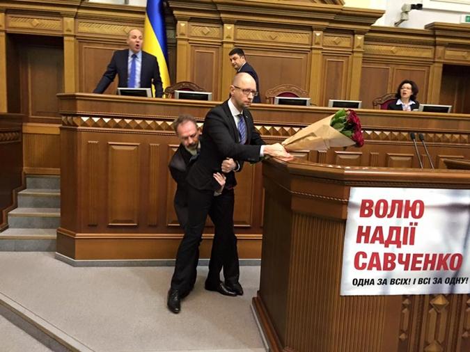 Олег Барна сделал борцовский захват Арсению Яценюку.