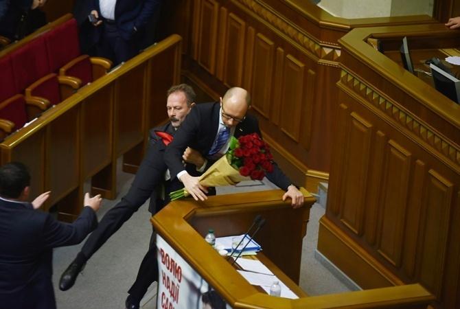Барна оттащил Яценюка от трибуны.