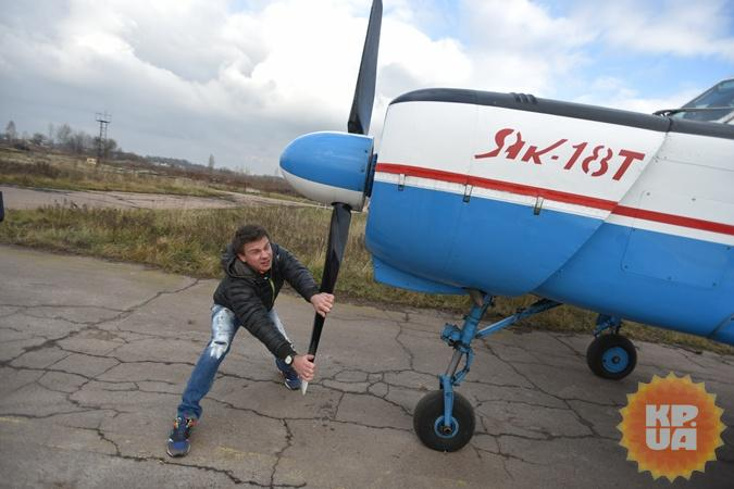 Хочешь летать? Сумей и самолет из ангара вытолкать, и пропеллер вручную завести!