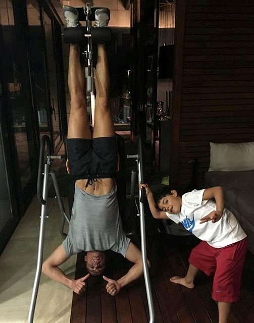 Мальчик занимается вместе с отцом в спортзале. Фото: Instagram