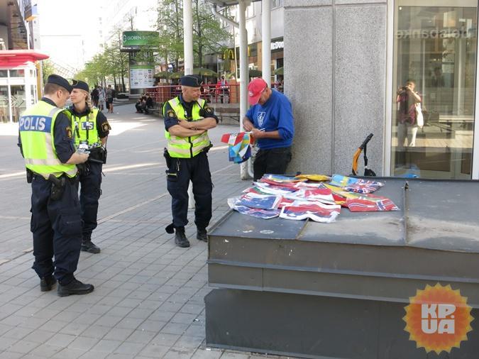 Незаконная торговля флажками для стокгольмской полиции - громкое дело! Фото: Алексей СЫСОЕВ.
