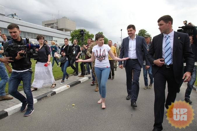 Савченко идет рядом с пресс-секретарем Порошенко, говорят, он встречал летчицу в Ростове.