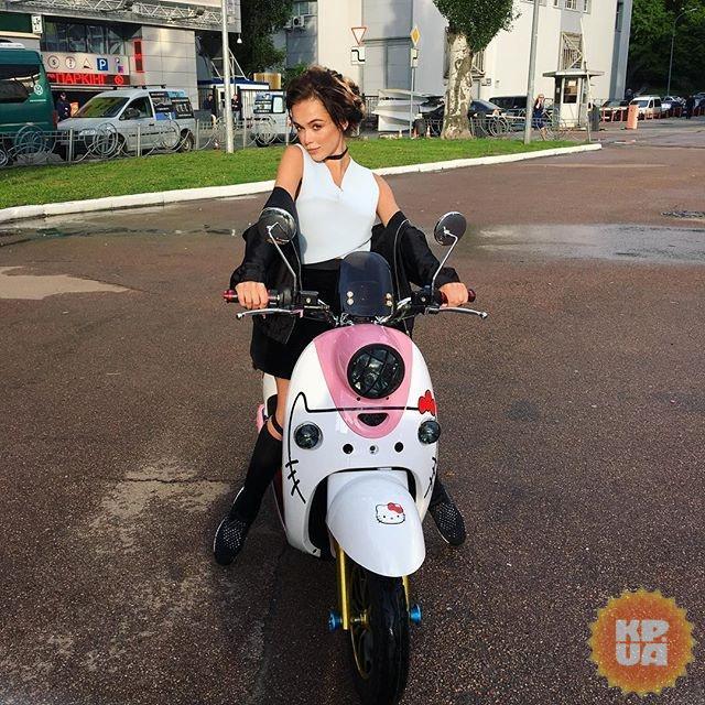Маша Яремчук приехала на показ фильма на розовом скутере.