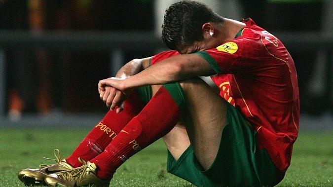 После финала Евро-2004 19-летний Криштиану Роналду покидал поле в слезах. Фото: uefa.com