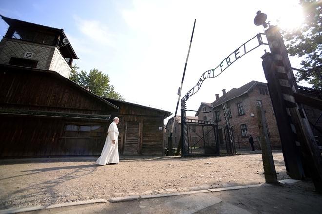 Франциск входит в лагерь смерти Аушвиц.
