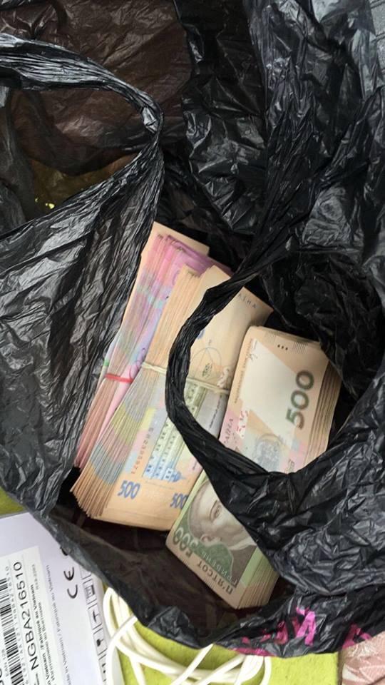 Деньги передавались через посредника.