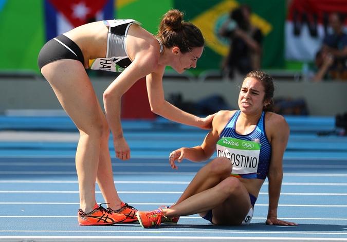 На старте девушки даже не были знакомы, но к финишу прибежали вместе, поддерживая друг друга. Фото: Reuters