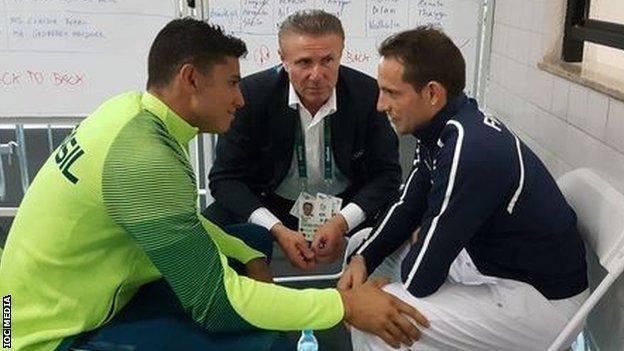 Силва и Бубка поддержали Лавиллени, которого затравили болельщики. Фото: Reuters