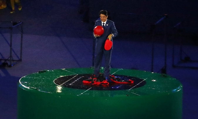 Синдзо Абэ принял олимпийскую эстафету.