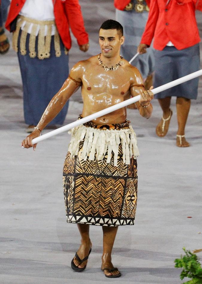 Знаменосец сборной Тонго тхэквондист Пита Тауфатофуа оказался блестящим шоуменом.
