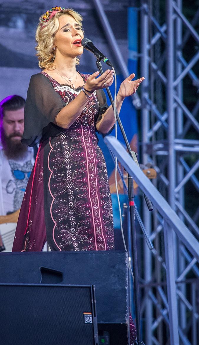 Певица выбрала фасон платья, маскирующий округлившийся животик.