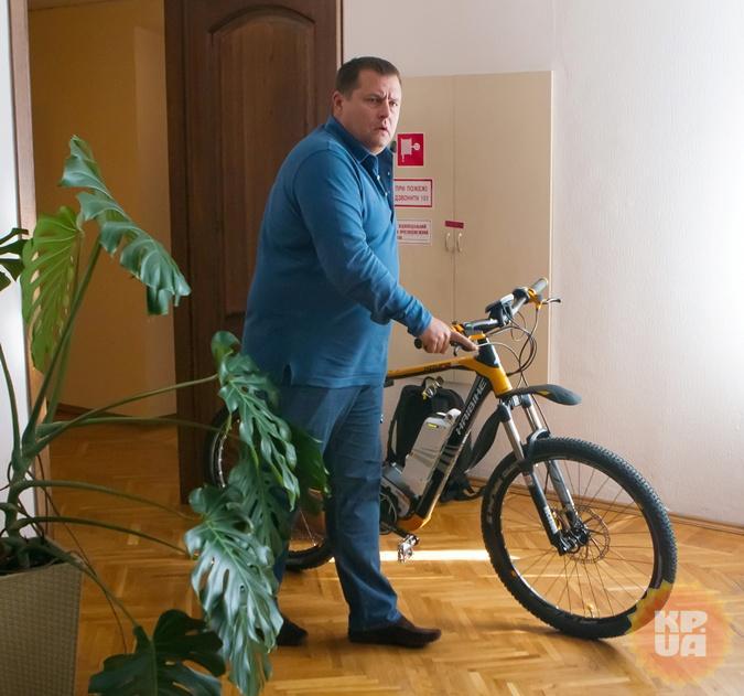 Велосипед градоначальник получил в подарок накануне интервью. Не от нас.