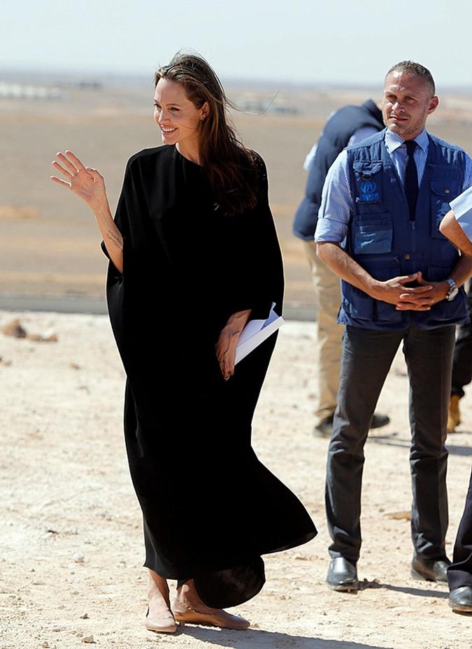 Джоли дала понять, что в глупую полемику по поводу своей одежды вступать не собирается.
