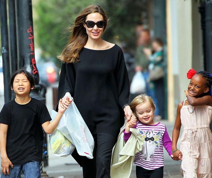 Анджелина просит у суда единоличную опеку над детьми. По словам источников, ее глубоко расстраивают методы воспитания Брэда.