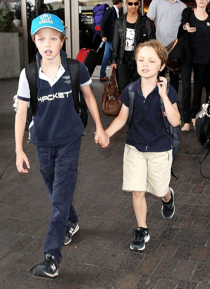 Угадайте, где на этом фото сестричка Шайло, а где - ее младший брат Нокс? Подсказка - Шайло в голубой кепке.