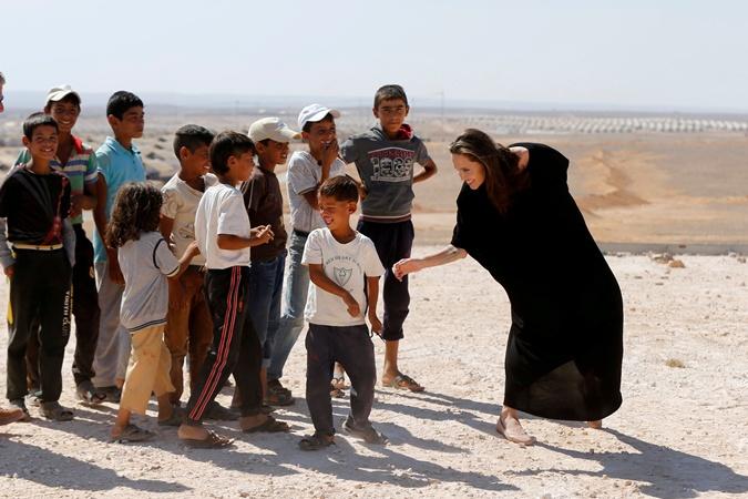 Во время своих поездок к беженцам в горячие точки Анджелина частенько берет с собой и родных детей. А Брэду это очень не нравится.