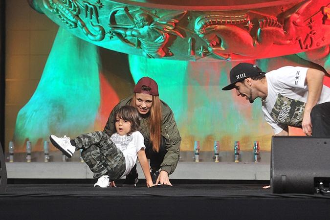 Мартин Киркоров поднялся на сцену и показал пару движений в стиле брейк-данс.