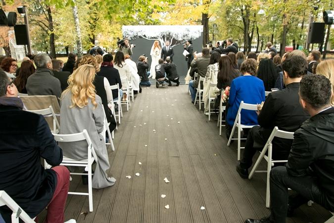 Свадебная церемония прошла в холодном осеннем парке.