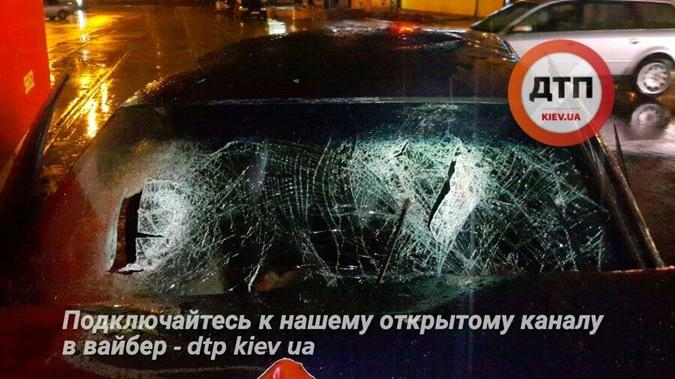 От удара трамвай отбросило на метр. Фото: facebook.com/dtp.kiev.ua