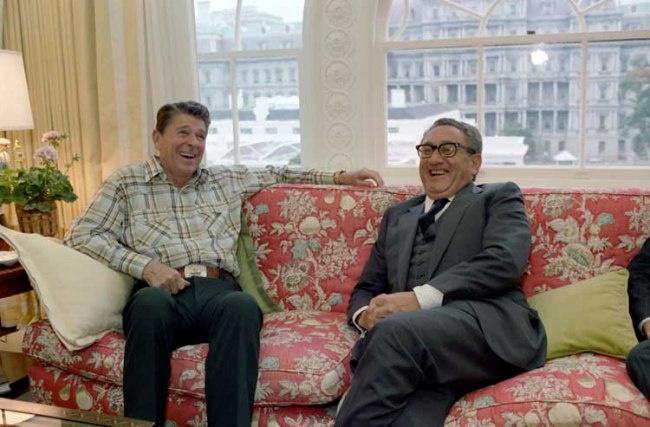 Генри Киссинджер (справа) мирил США еще с СССР