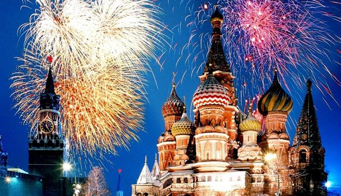 В 23:00 Новый год наступит в России.